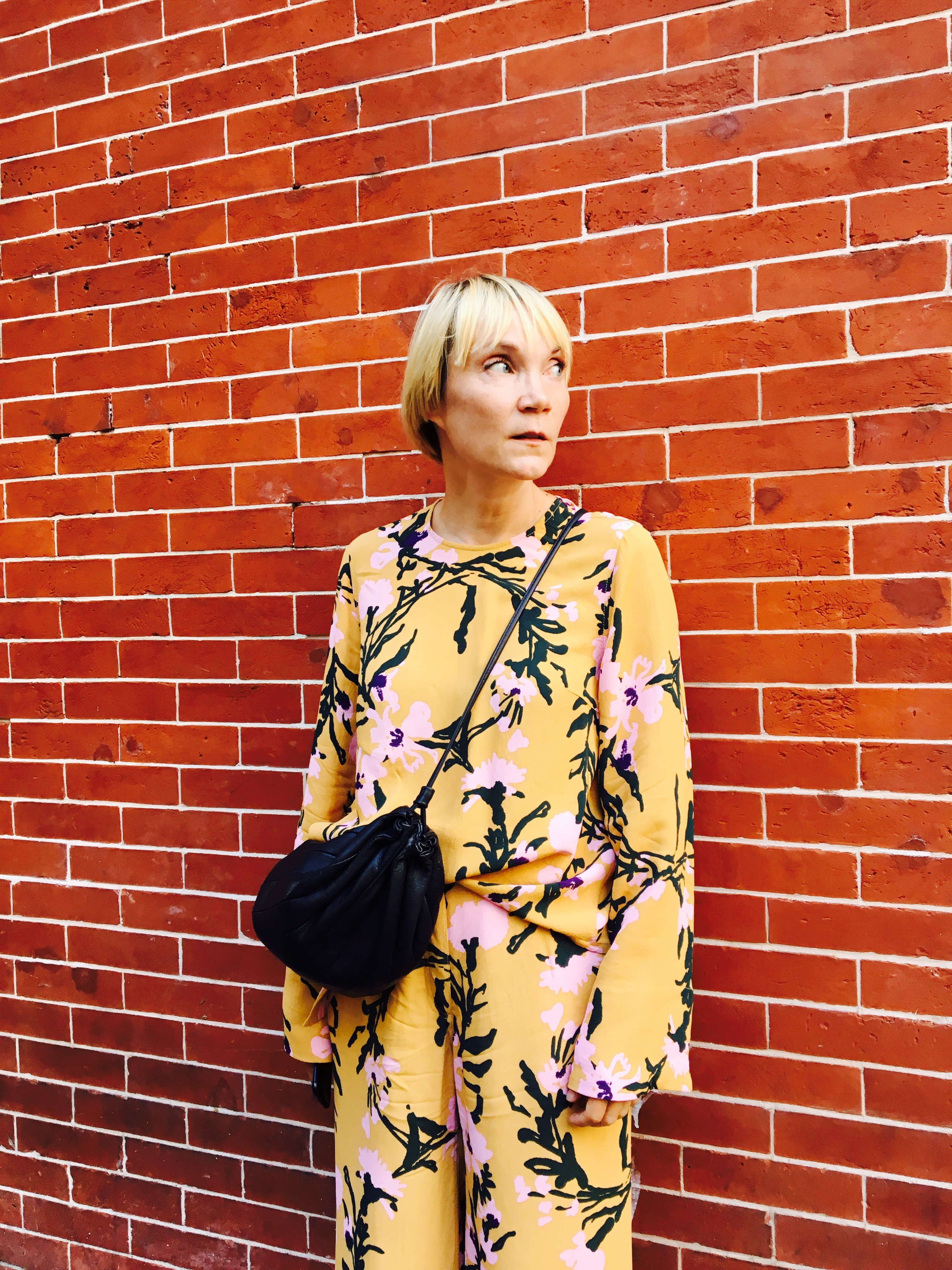 New Yorkin tyylikkäimmät pukeutuvat nyt crocseihin ja teipattuihin lahkeisiin – valokuvaaja Liisa Jokinen tietää, että outo on kaunista
