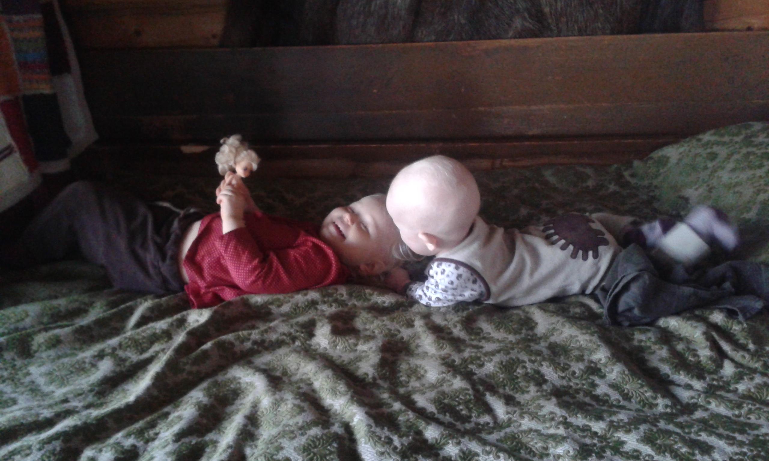 Lapset sängyllä.jpg
