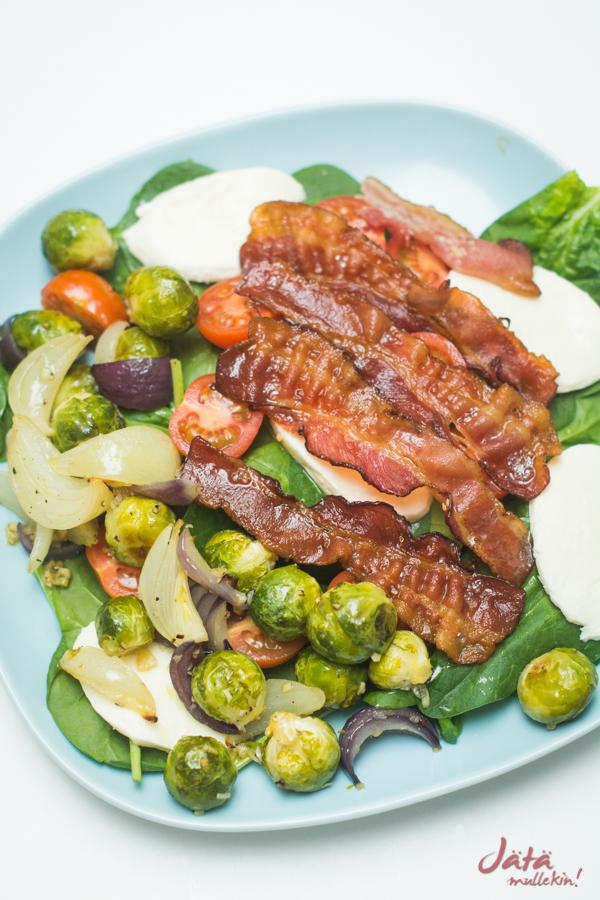 Salaatti paahdetuista ruusukaaleista ja pekonista