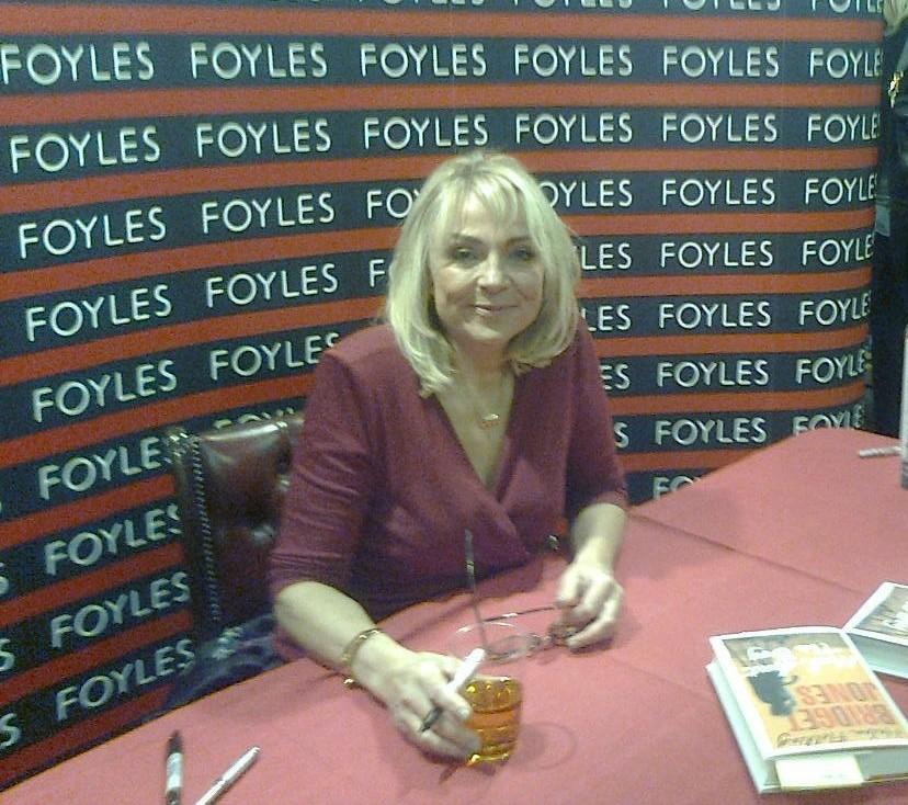 Bridget Jonesin signeeraustilaisuus (eli miten tapasin Helen Fieldingin ja päädyin France 24 -kanavan haastateltavaksi…)