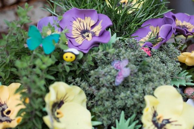Carole Matthews ampiainen ja aita pienempi kuva.jpg
