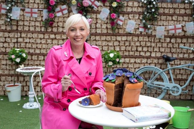 Carole Matthews ja syötävä kukkaruukku pienempi kuva.jpg