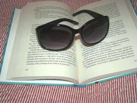 Kadonnut Audrey aurinkolasit ja kirja pieni.jpg
