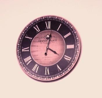 kampaamon kello pinkki rajattu tumma.jpg