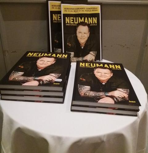 Neumannin julkkarit kirjapöytä.jpg