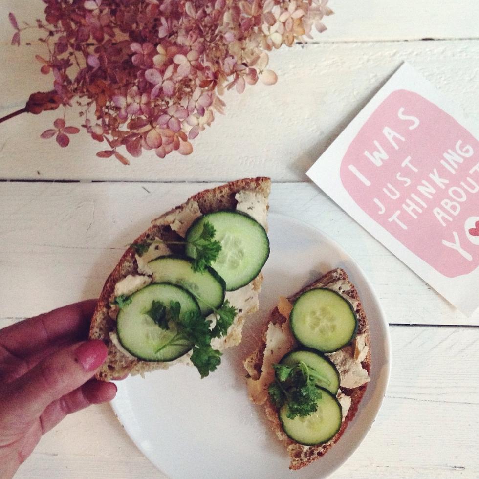 vegaaninen leipä tofua ja kurkkua.jpg