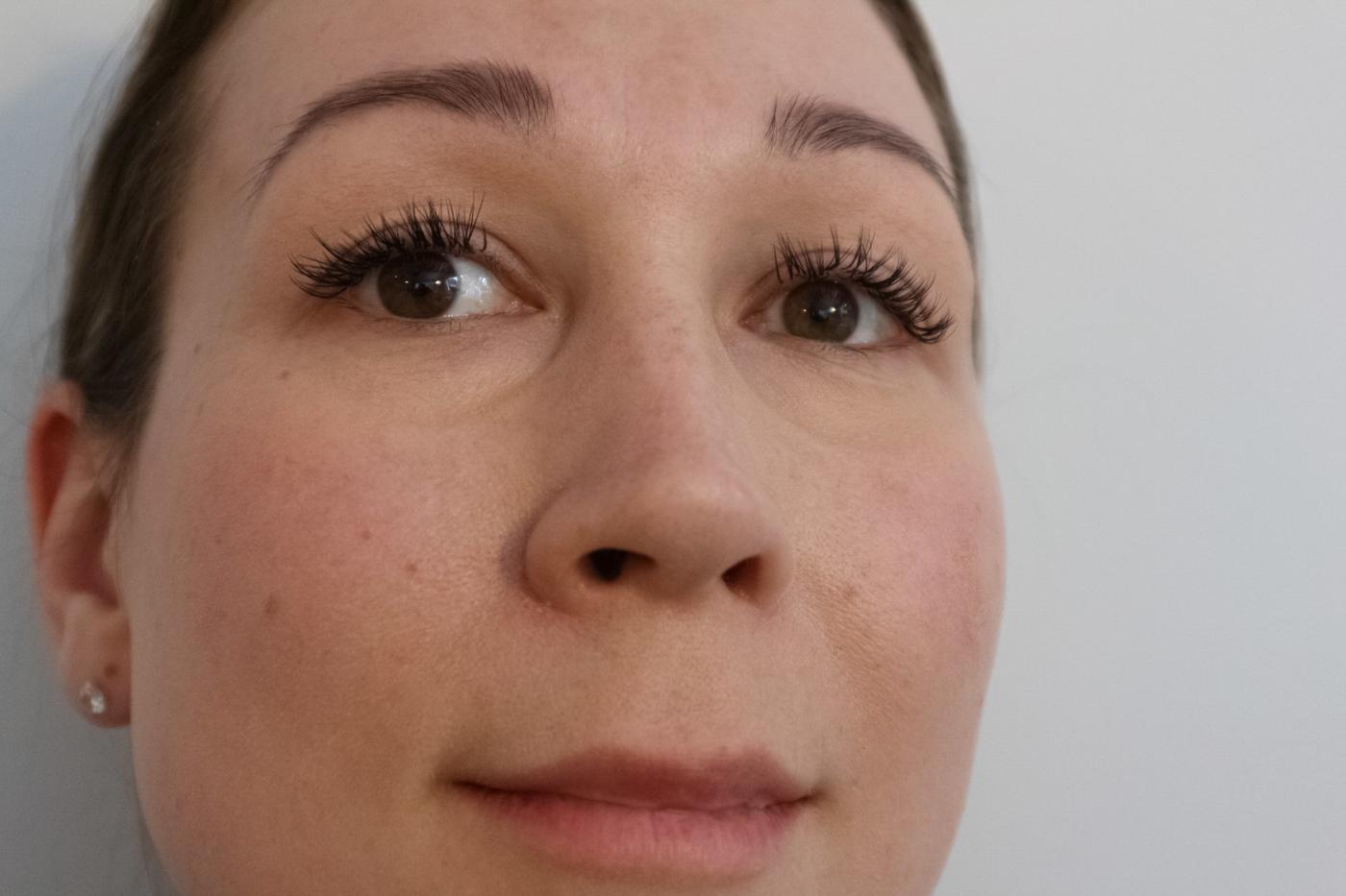 Tummat silmänaluset peittoon
