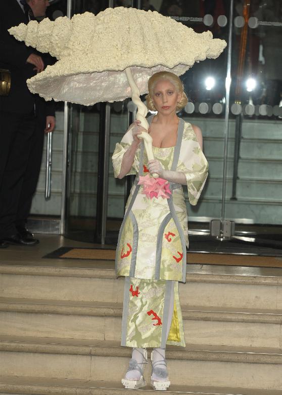4+1 viime hetken asuideaa halloween-juhliin suoraan Lady Gagan vaatekaapista
