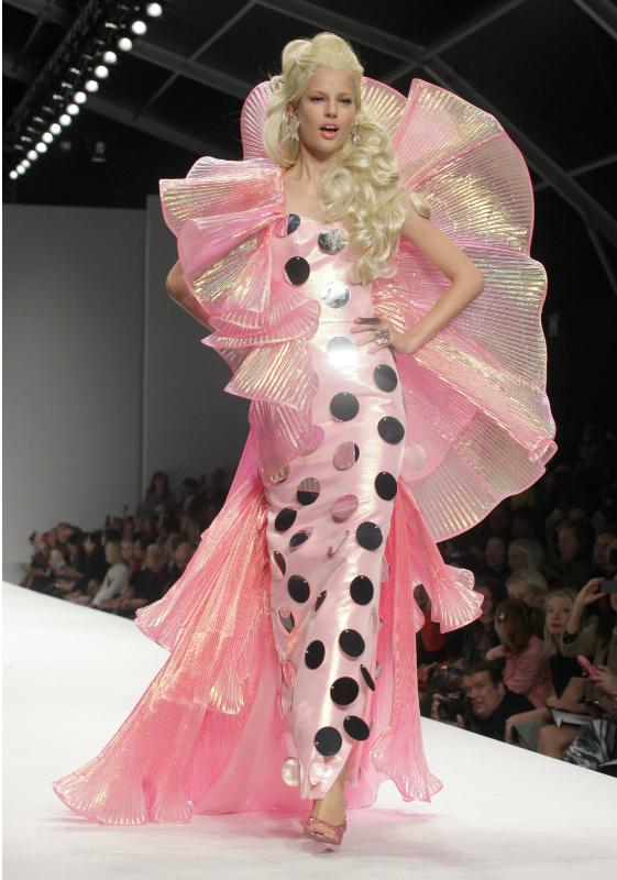 Barbiet valtasivat Moschinon näytöslavan Milanon muotiviikoilla