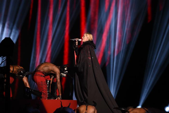 Madonna kaatui viitan takia – nyt puhuu viitan suunnittelija