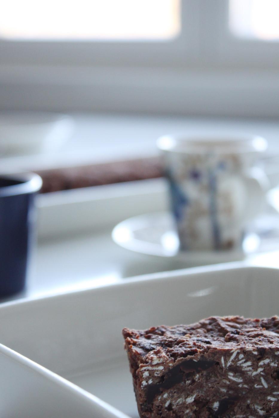 Huijarin sokeriton brownie – papuja, riisisiirappia ja muita makeuttajia
