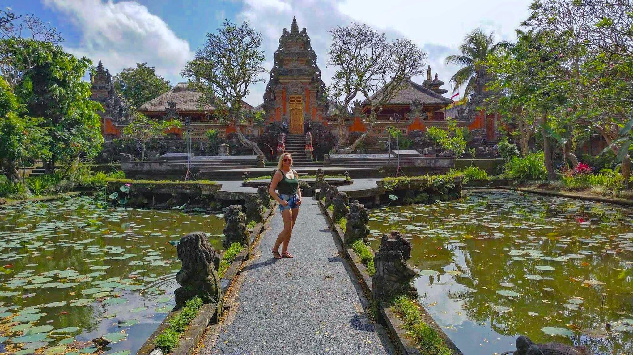 Ubudissa temppelissä.JPG