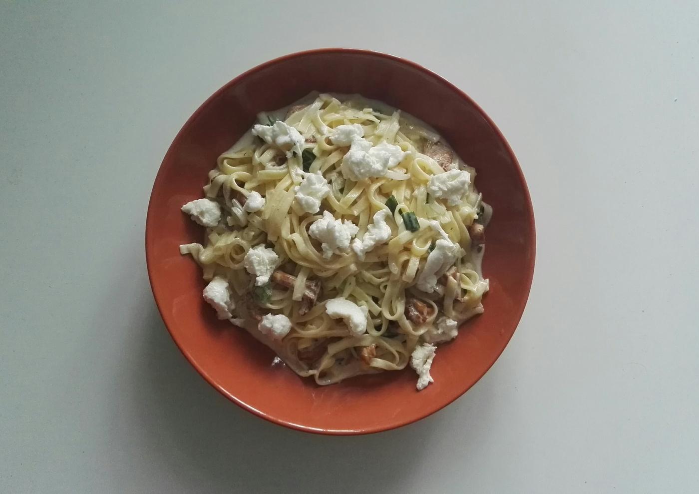 Kantarellikastiketta ja pastaa