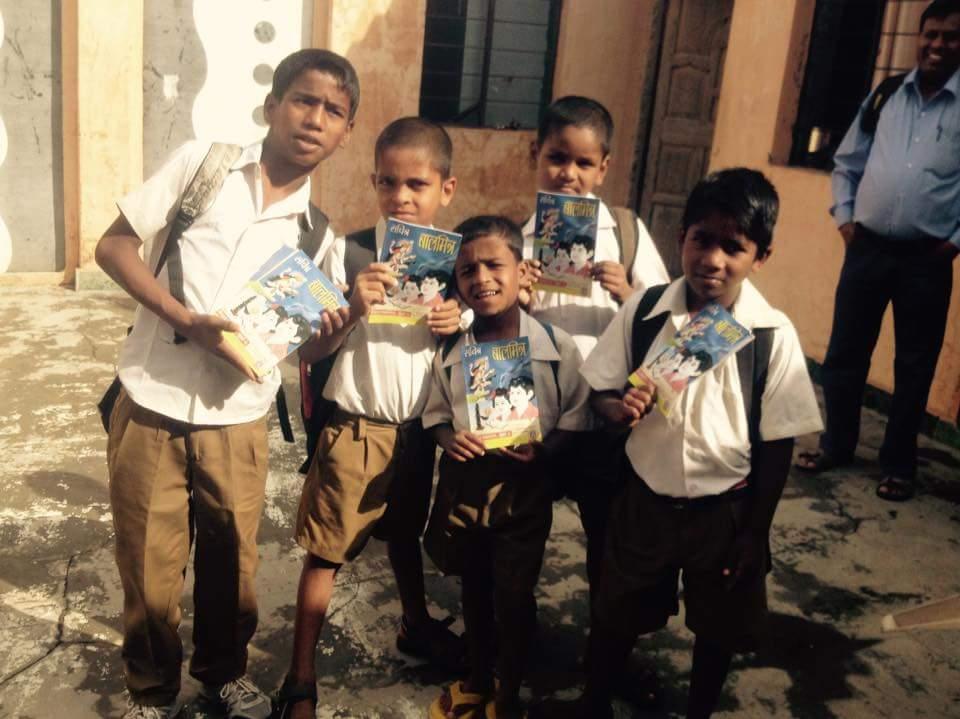 Pojat menossa kouluun