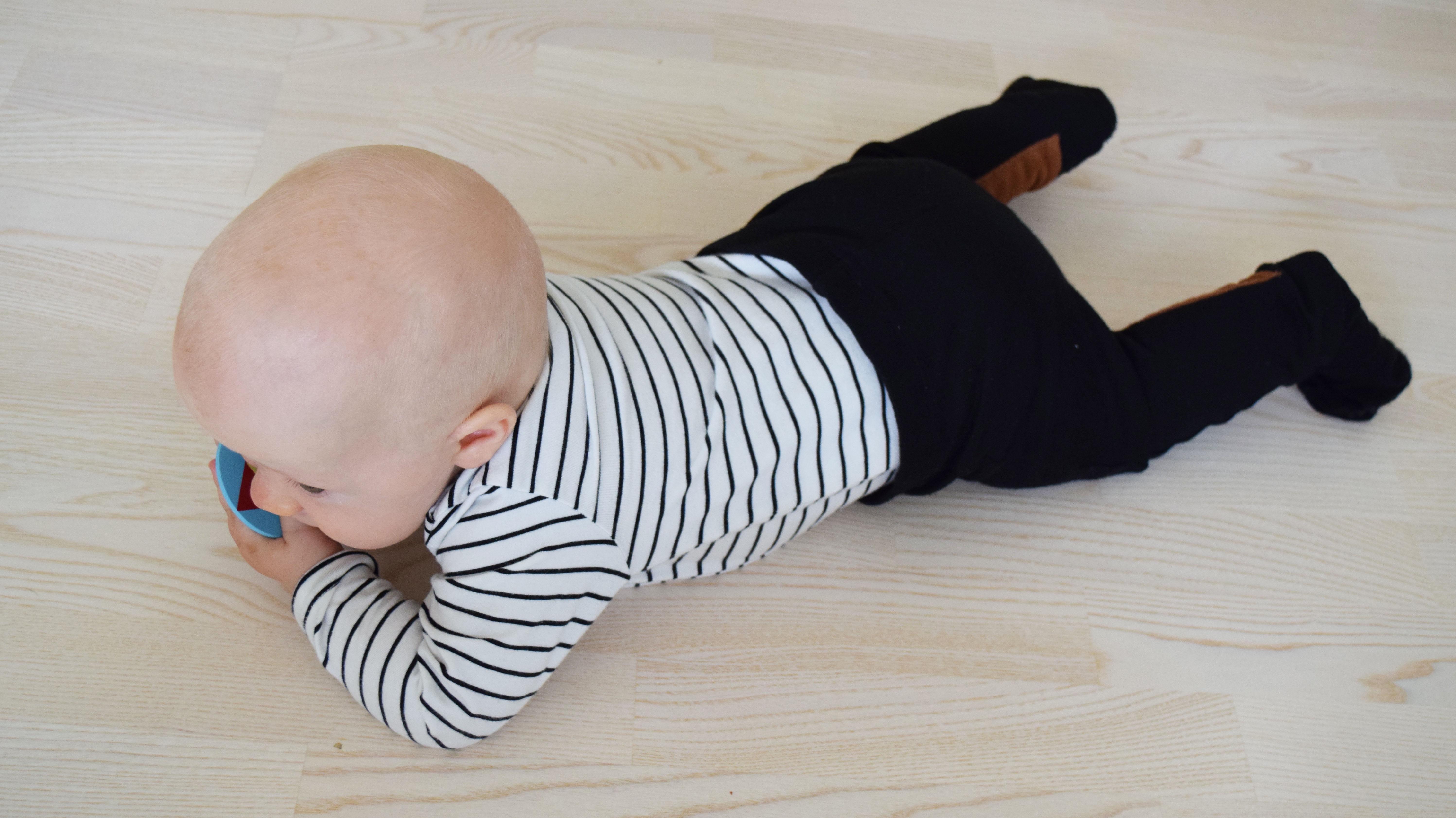 vauva leikkii hyrrällä.jpg