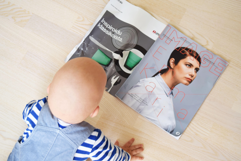 vauva lukee lehteä.jpg