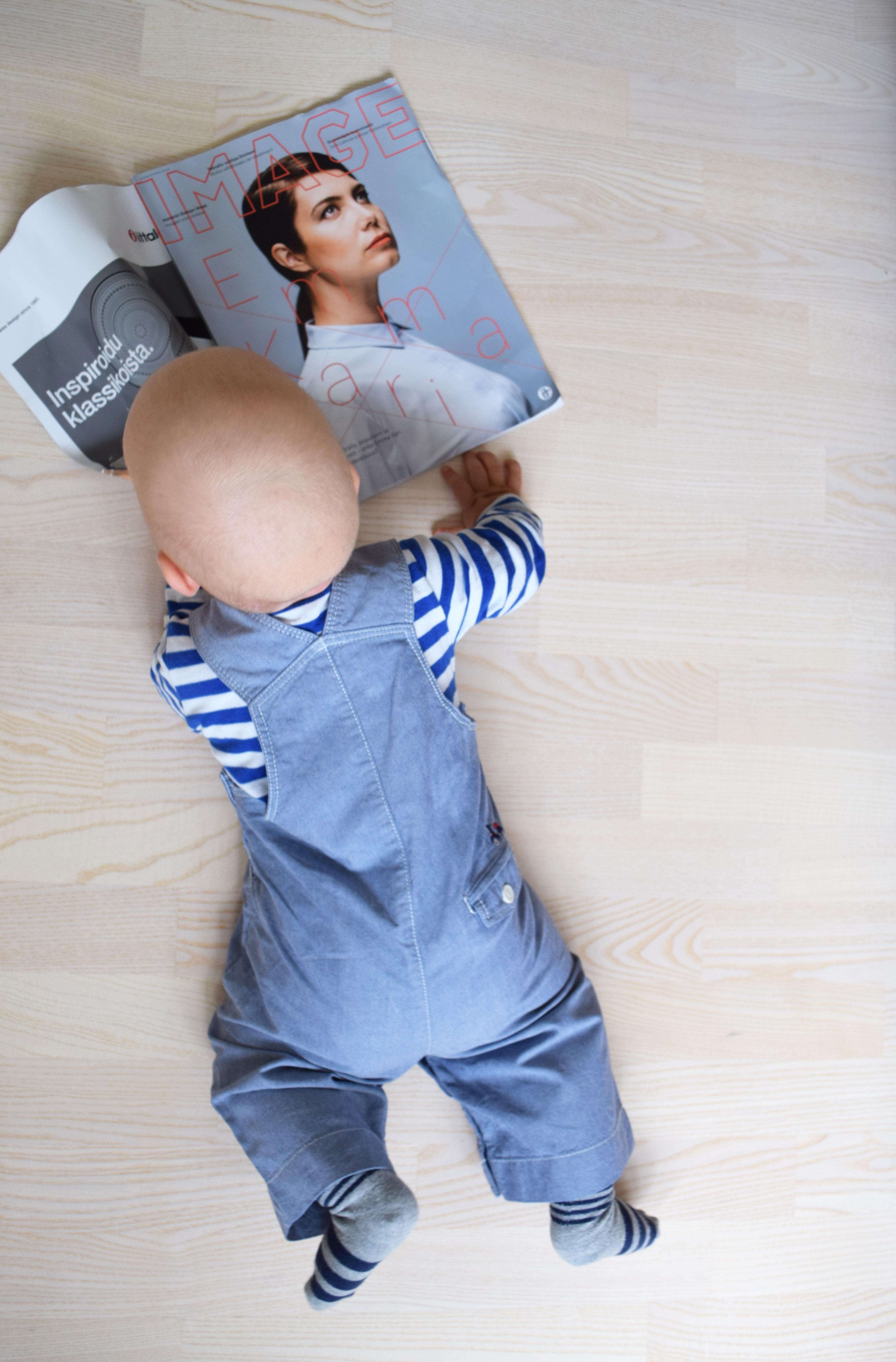 vauva syö lehteä.jpg