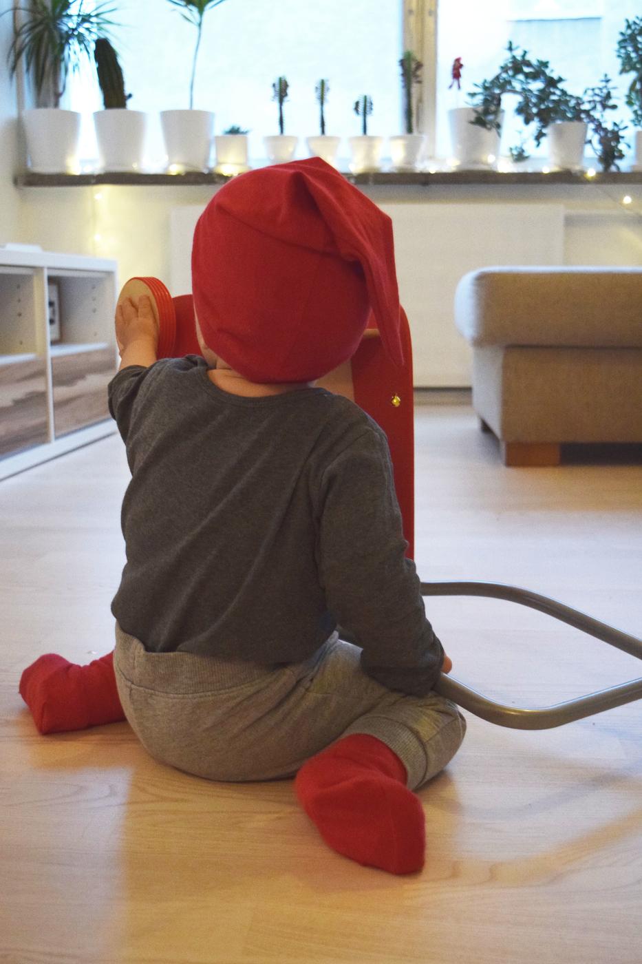 Vauva operoi kävelykärryllä