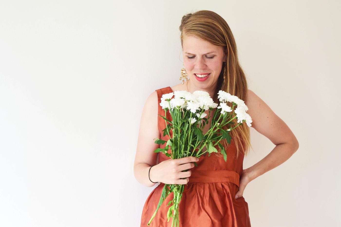 julia ja kukat.jpg