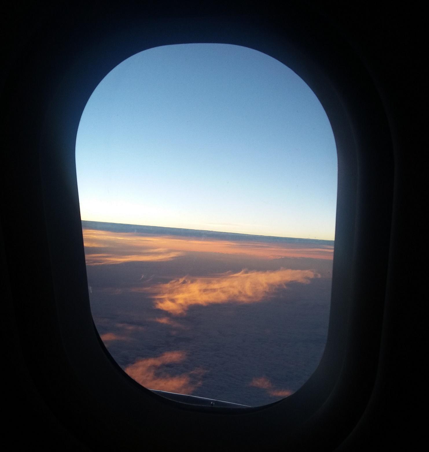 Aurinko nousee koneessa.