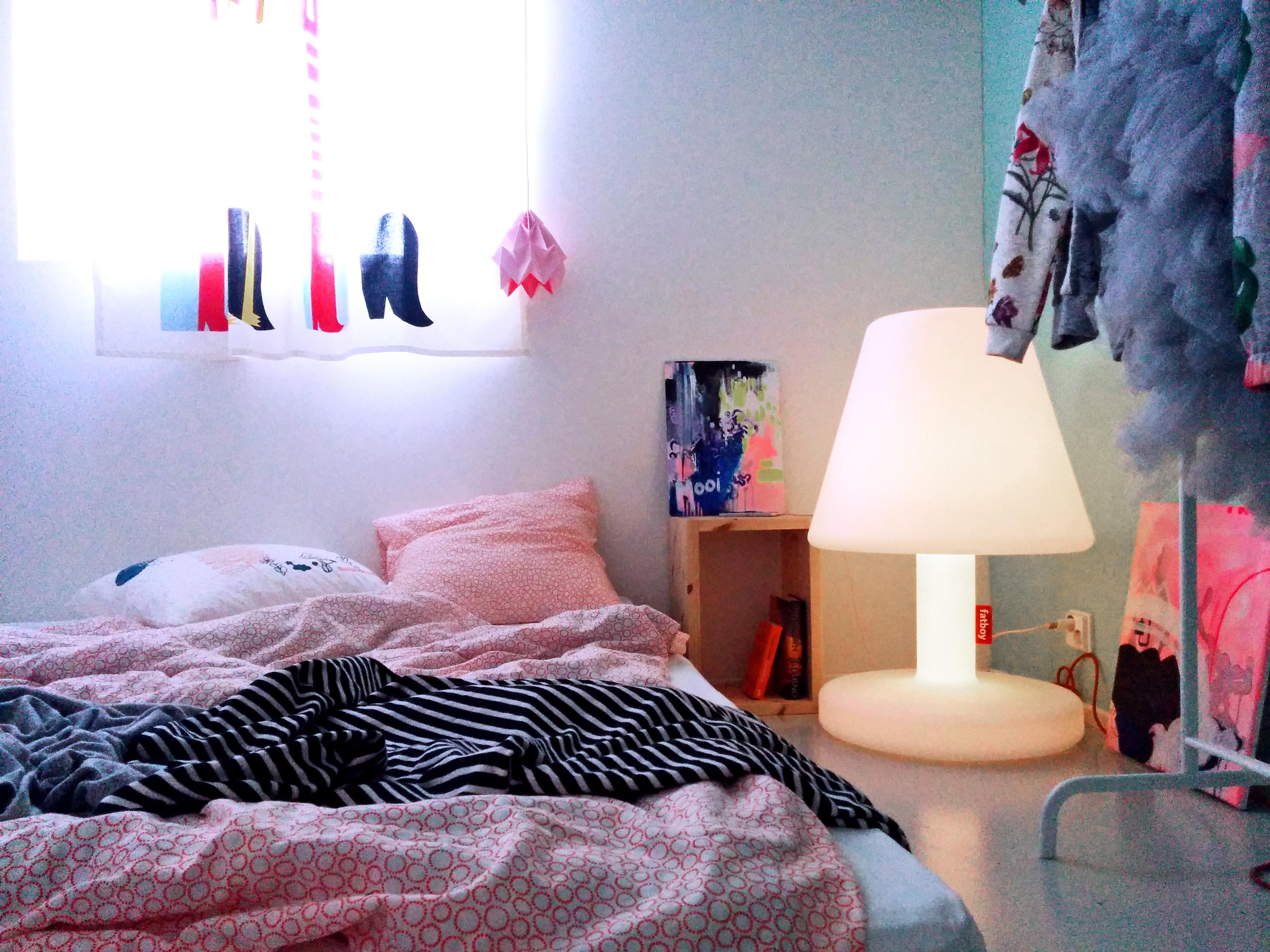 fatboy lamppu, värikäs makuuhuone.jpg