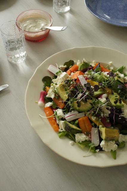 Paahdettua porkkanaa, tahini-jogurttia ja vertaistukea
