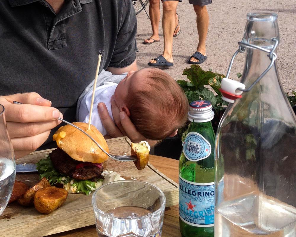 Ravintolassa osa 1, vauva