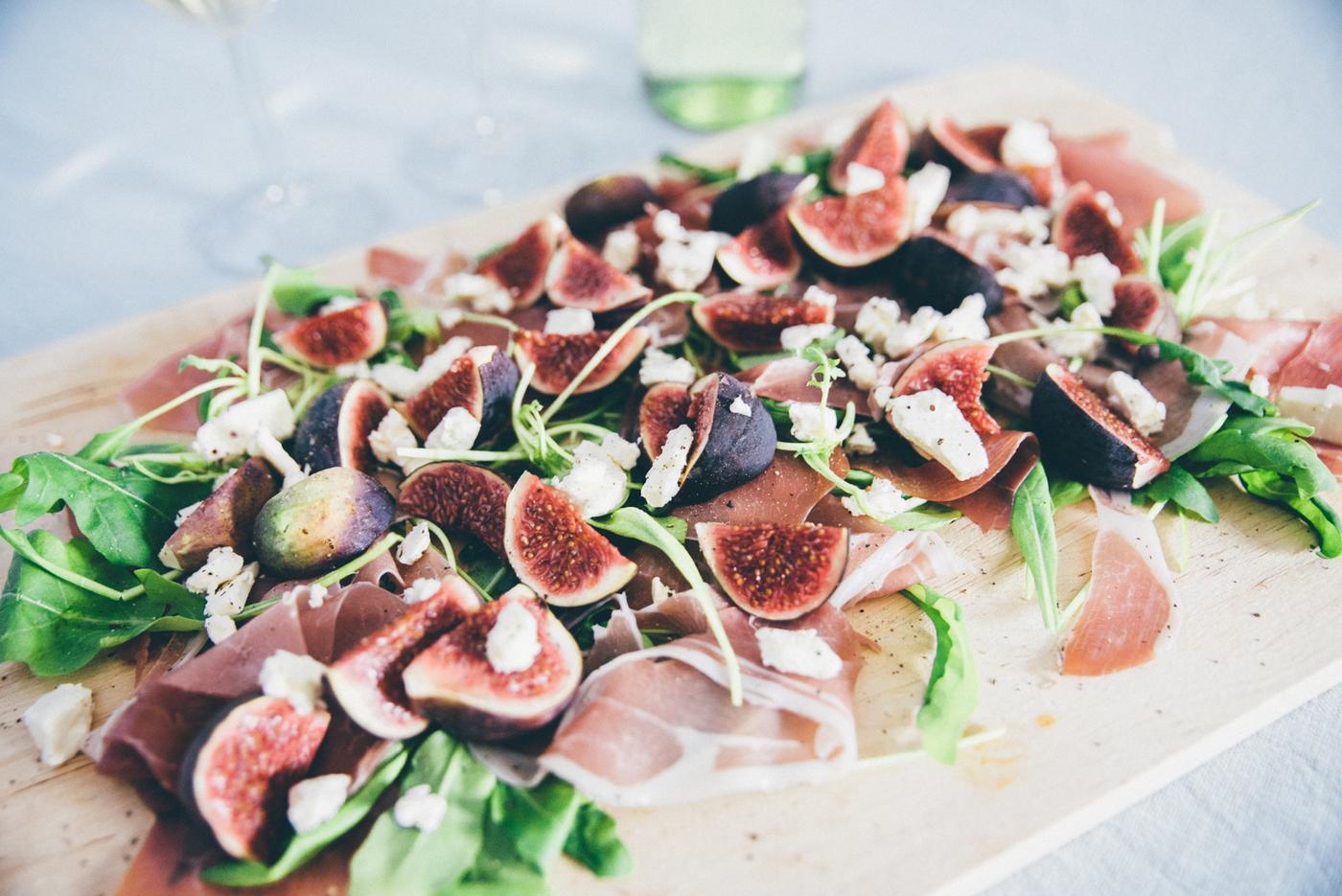 Salaatti ilmakuivatusta kinkusta, vuohenjuustosta ja viikunasta