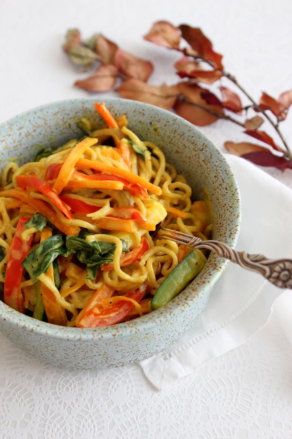 Kermainen kasviskastike ja nuudeleita (vegaaninen)