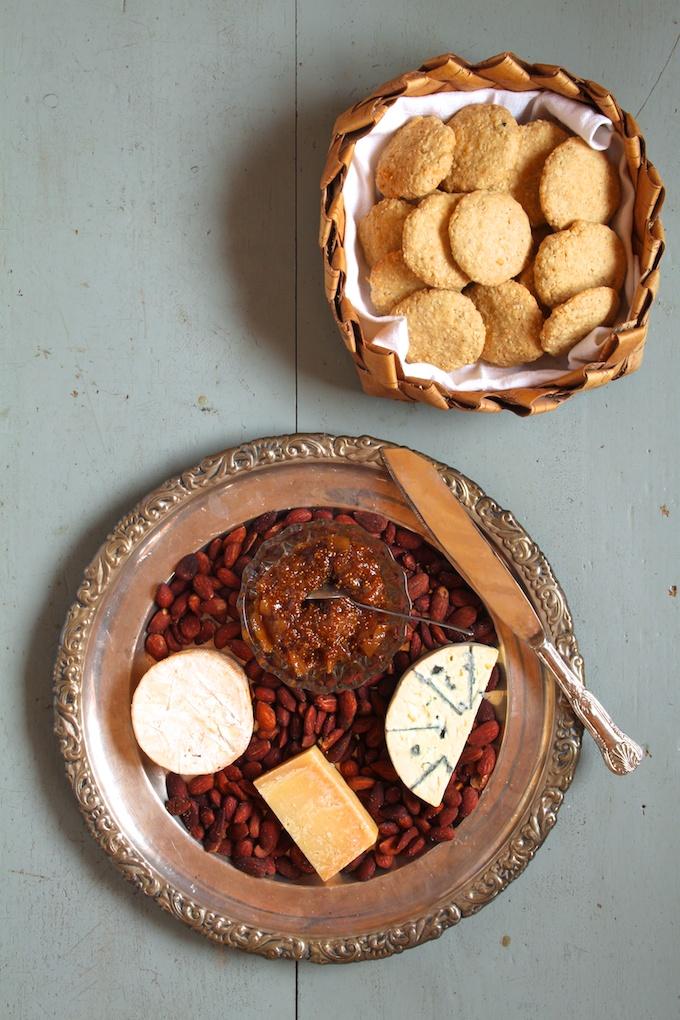 Juusto-seesaminsiemenkeksit, suolamantelit ja viikunahilloke