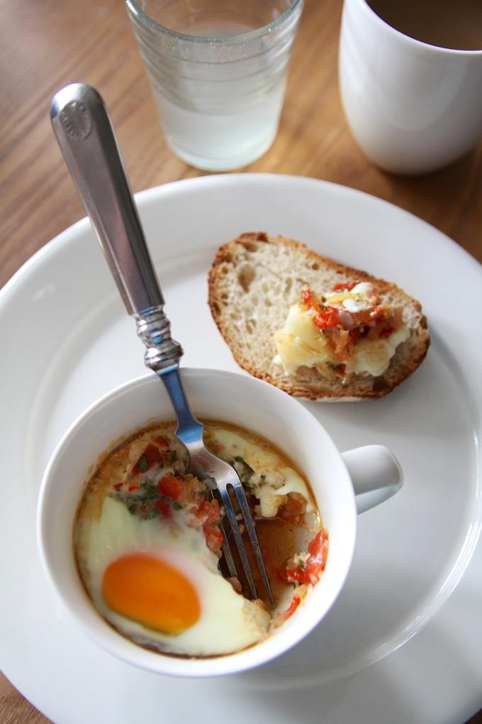 Värikkäät uunimunat kahvikupissa