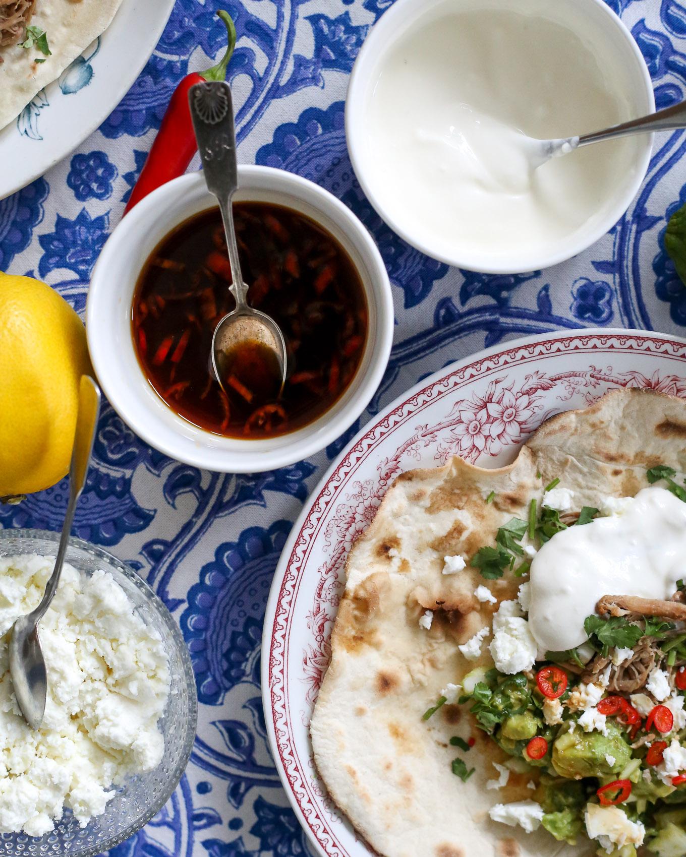 Soijamarinoitu nyhtöpossu - avokadosalsa - tortillat - 3.jpg