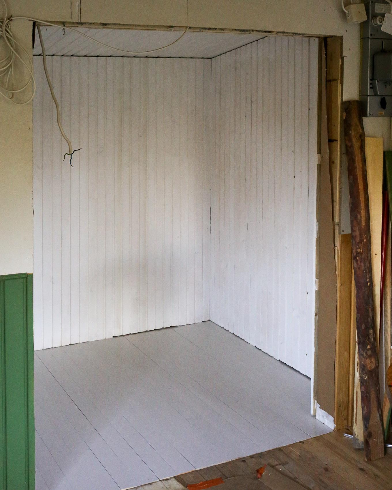 Puutarhamökin remontti - maalaus-5.jpg