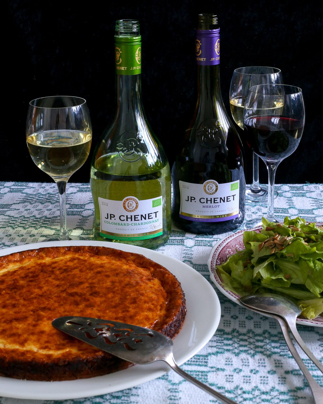 Chilinen juustopiirakka ja lasi viiniä illanviettoon