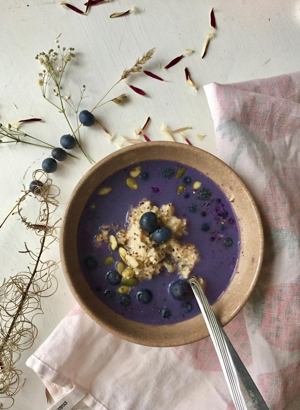 Taatelia ja mustikkamaitoa – 2x rakkaimmat aamupuuroni