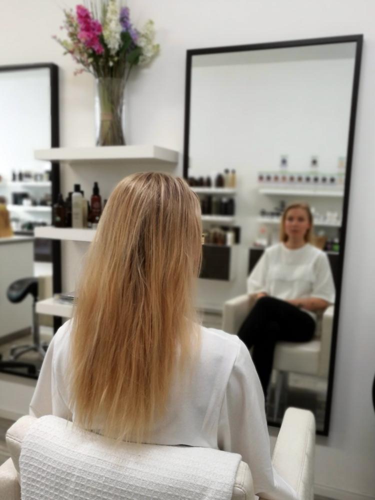 Vaaleat hiukset ennen savivaalennusta.jpg