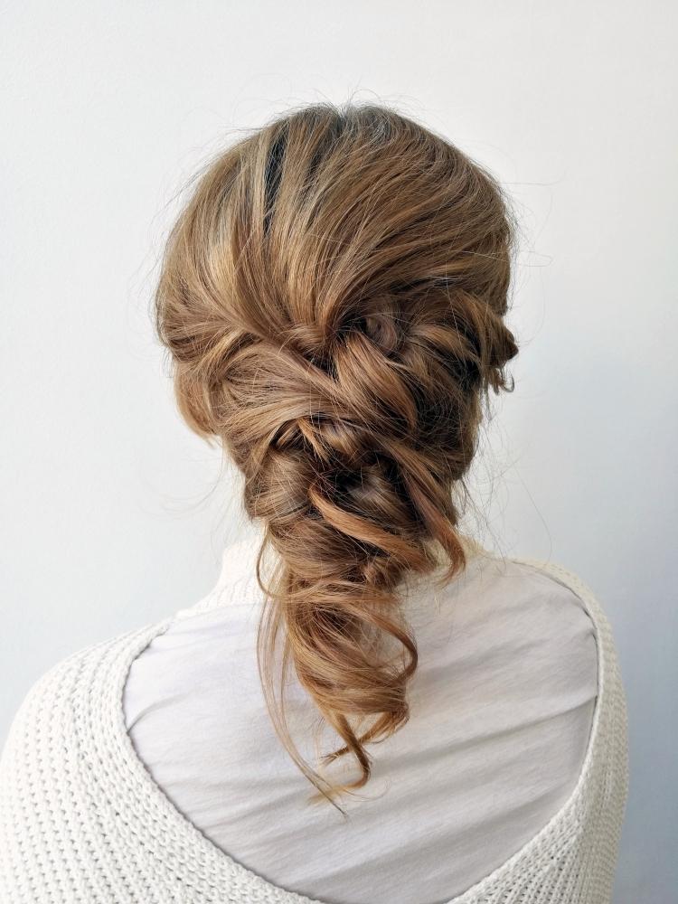 Puolipitkien hiusten kampauksia