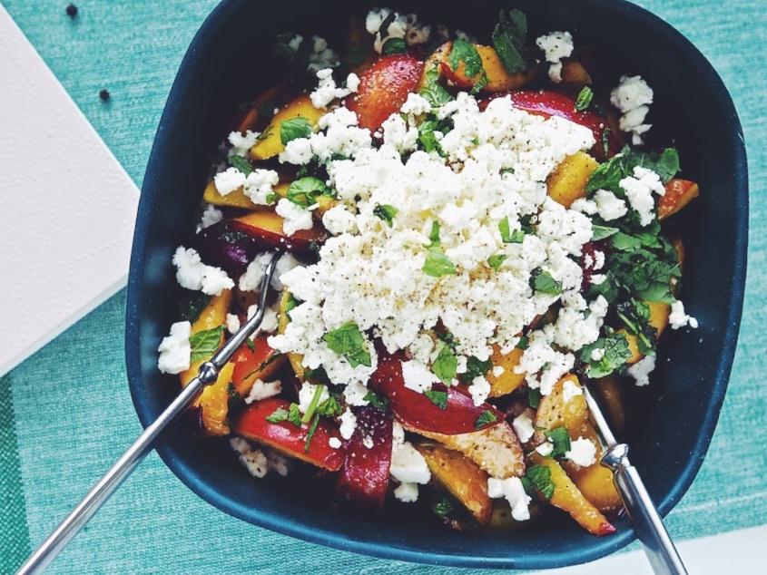 Salaatti hedelmistä, fetajuustosta ja mintusta