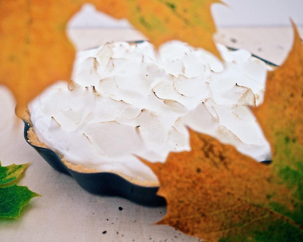 Kirpeä lime–marenkipiirakka