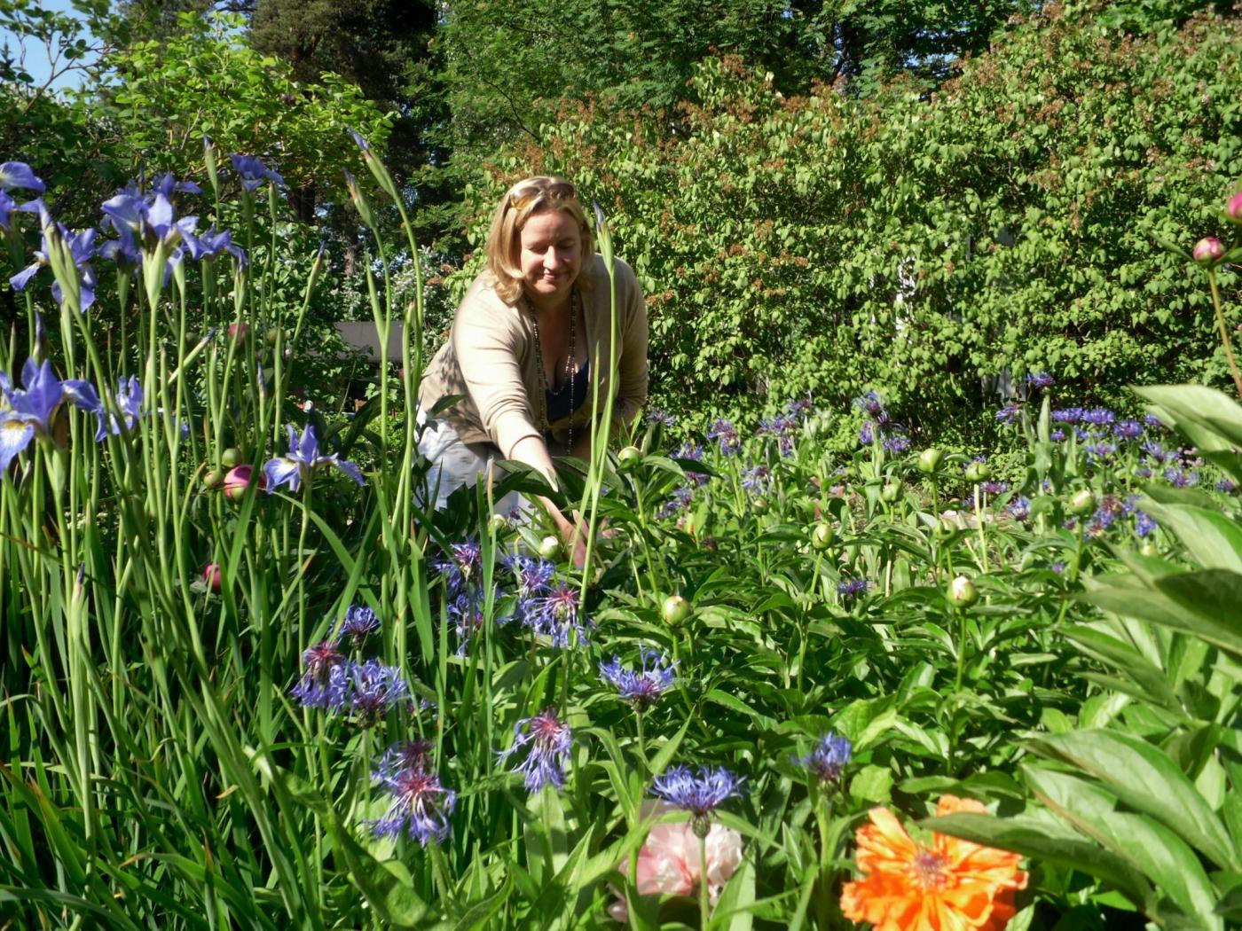 puutarhasuunnittelija kukkapenkissä.jpg