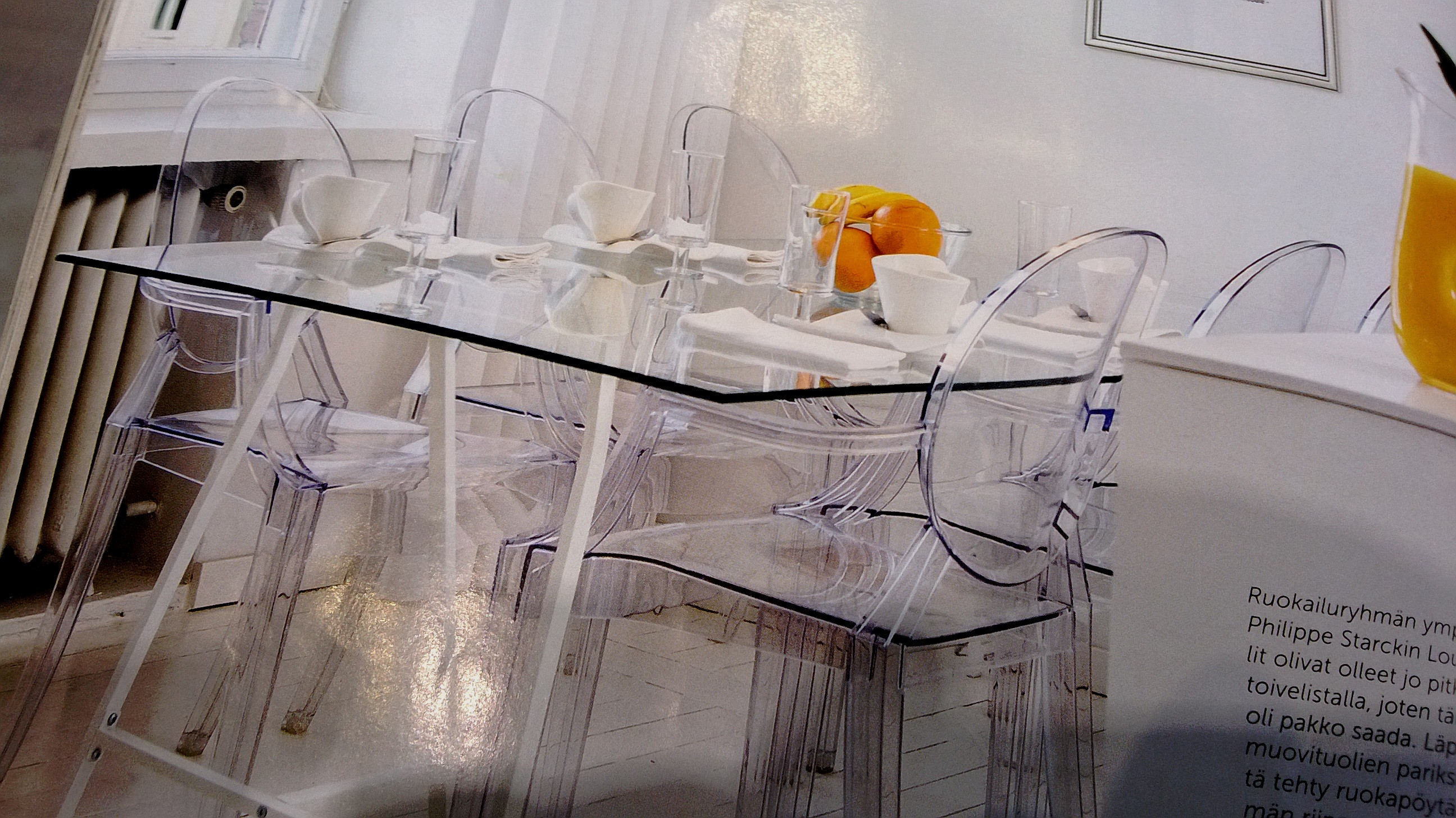 läpinäkyvät tuolit ja pöytä kk.jpg