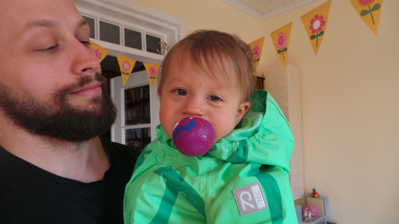 vauva pallo suussa.JPG
