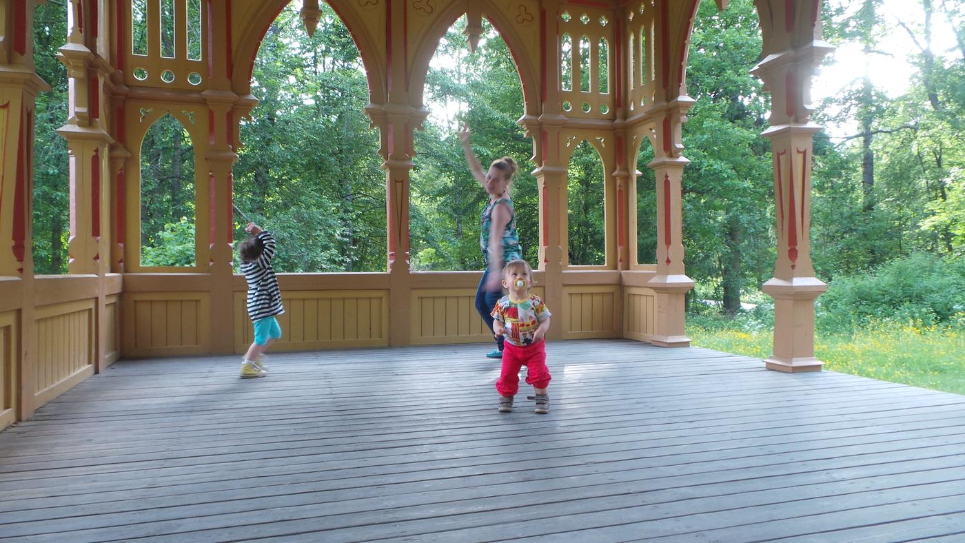 tanssijat paviljongilla.JPG