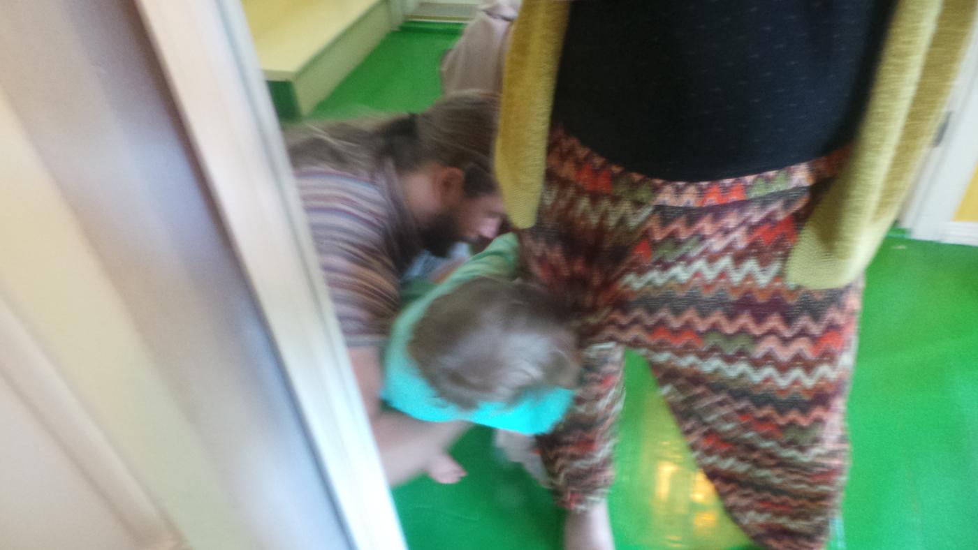 lapsi roikkuu jalassa.JPG