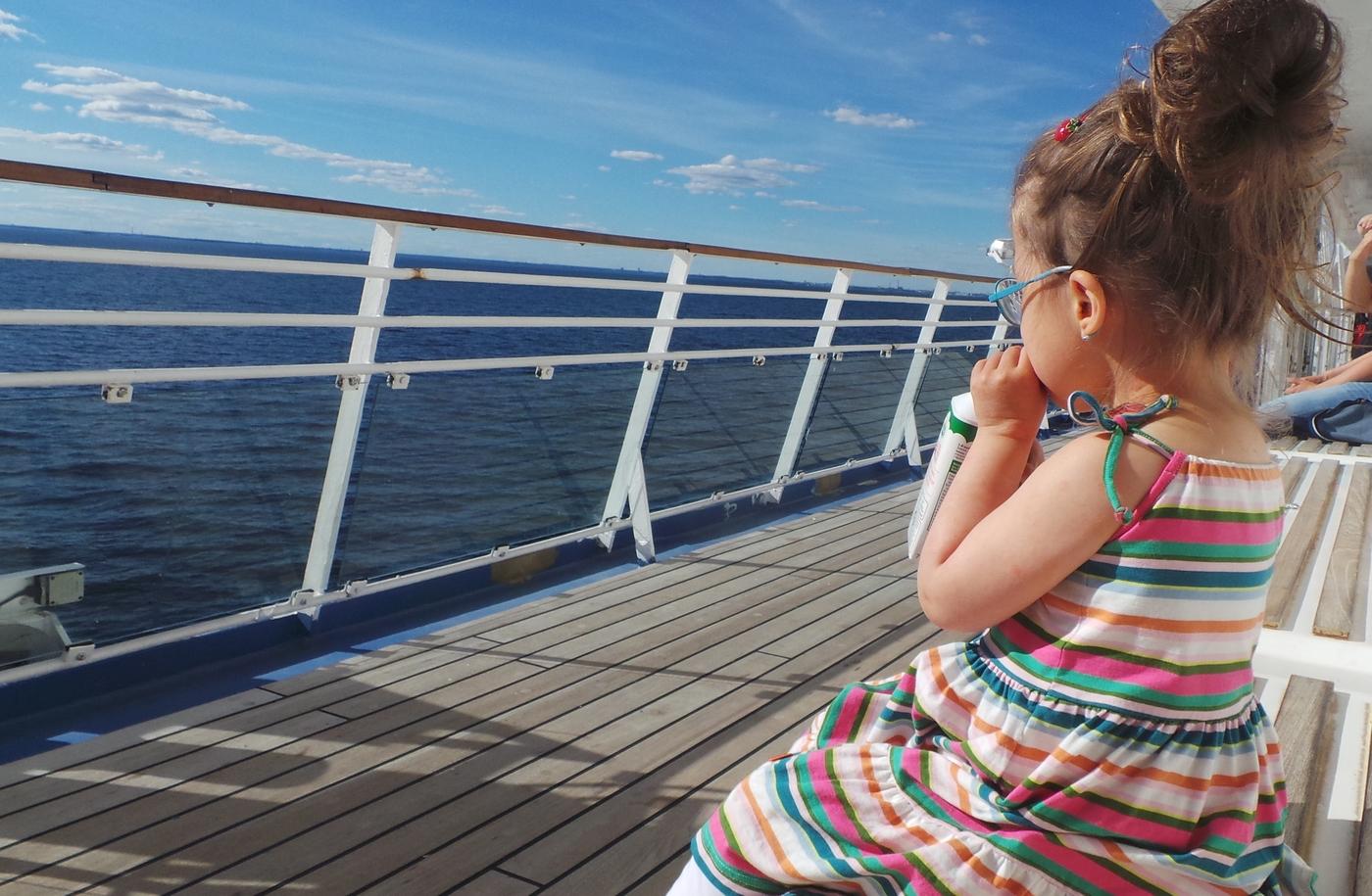 Lapsimeininkejä laivalla