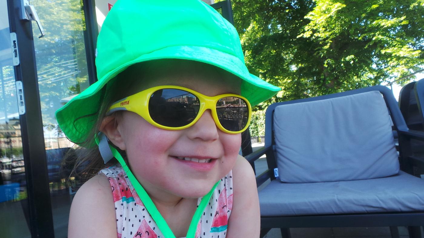 uv hattu aurinkolasit.JPG