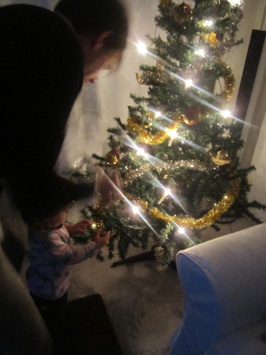 Joulukuusen koristelua