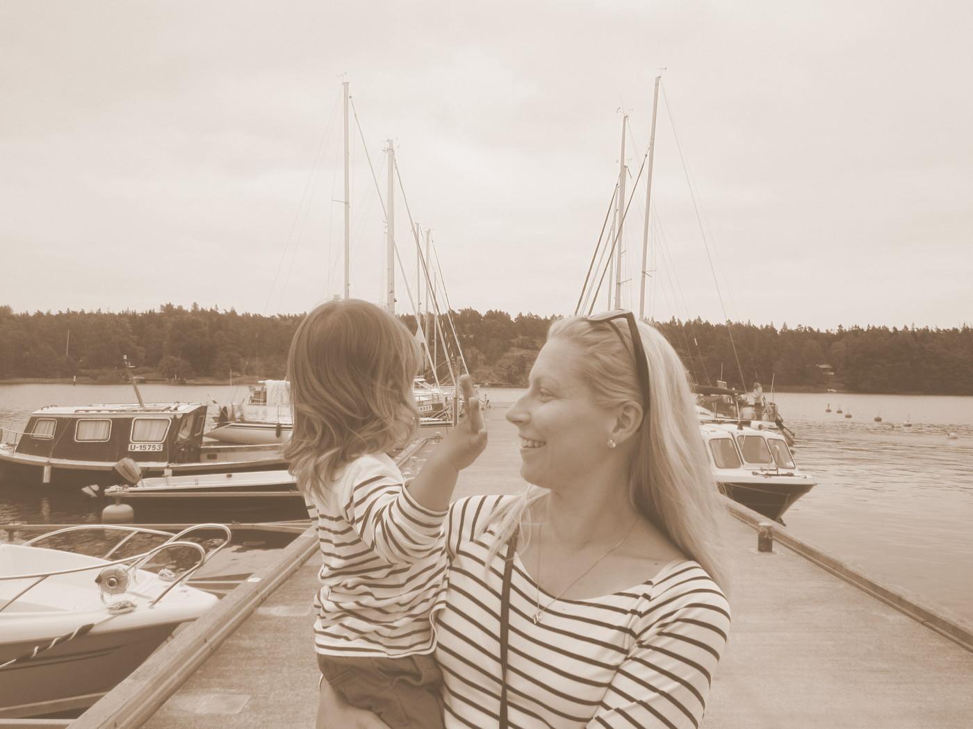 Taaperon kanssa veneilemässä