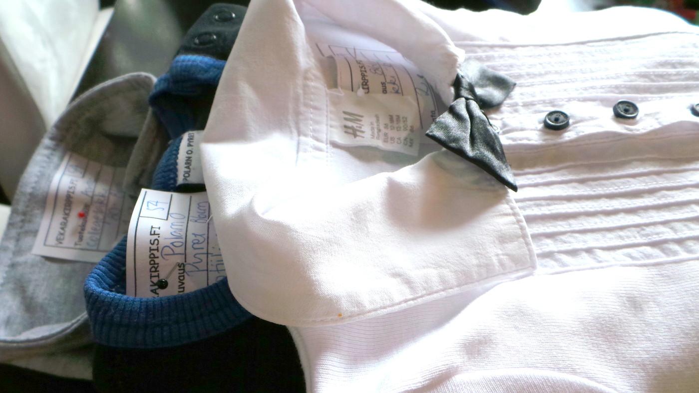 Vekarakirppiksellä myynnissä silitettyjä vaatteita