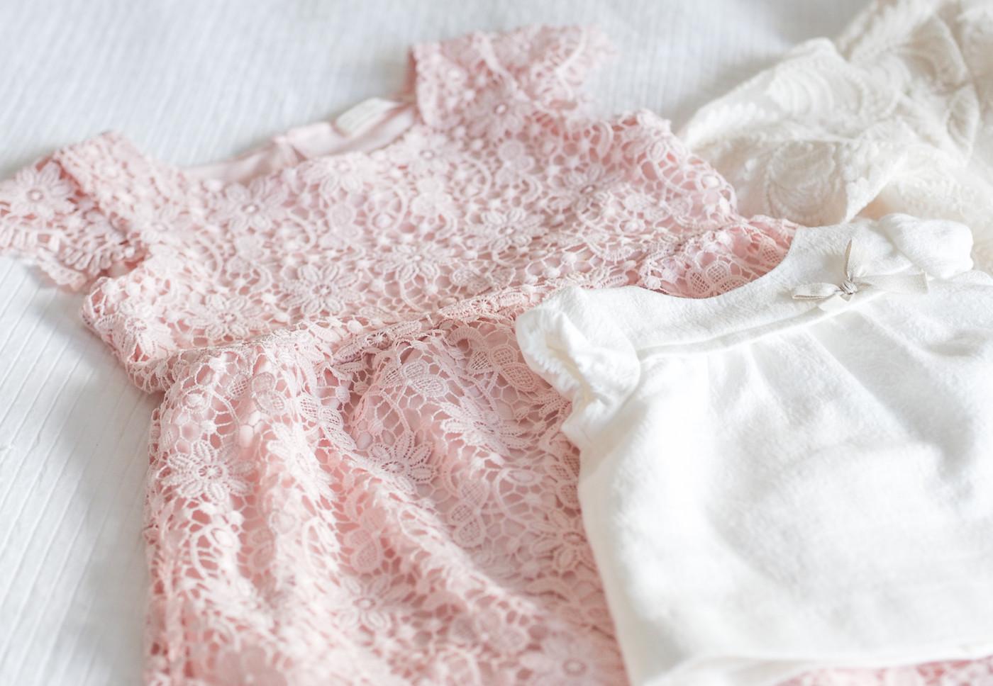 Vauvan klassikkosetti sisältää sekä valkoisia että värikkäitä neuleita.  Tytön valkoisessa bolerotyyppisessä vauvannutussa ja mekossa on. Meidän  mekkokauppa f2f3b1889c